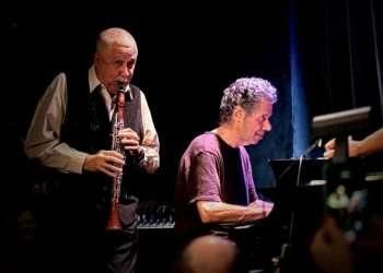 Paquito D'Rivera (de pie) y el fallecido Chick Corea. Foto tomada del perfil de Facebook del músico.