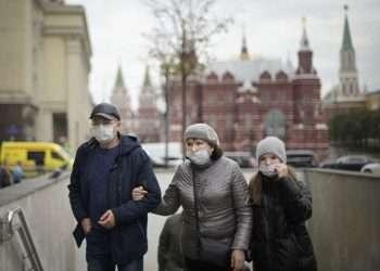 Rusia registró el 5 de octubre su mayor número diario de muertes por coronavirus. Los casos relacionados con la variante Delta aumentan en medio de una pobre campaña de vacunación y pocas restricciones antivirus. Foto: AP.
