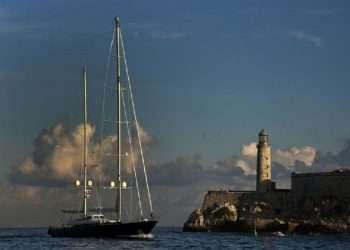 El velero Fidelis llega a la bahía habanera. Foto: PL.